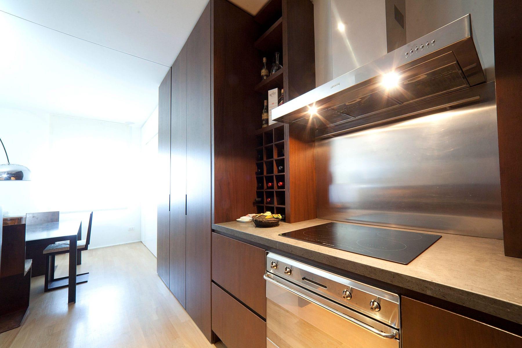 Cucina con piani in pietra lavica - Falegnameria Caponi