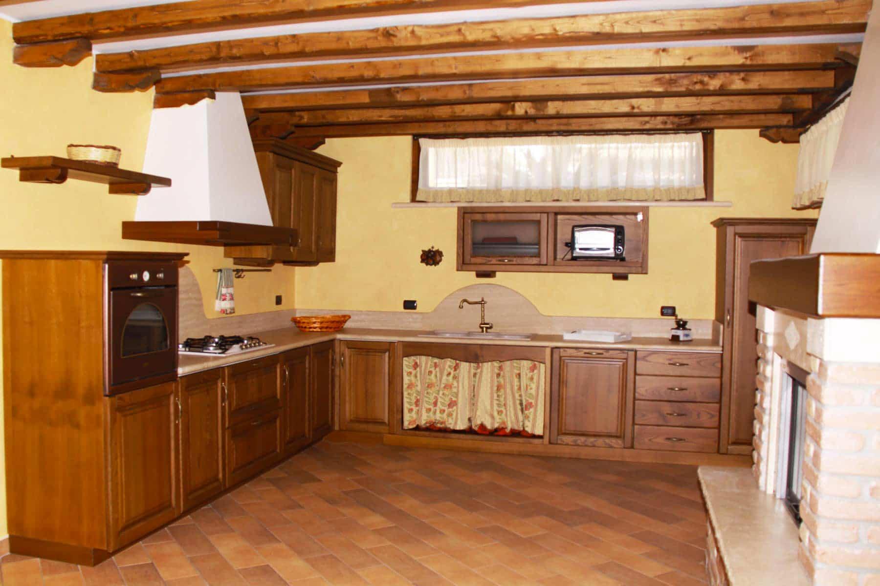 Cucina con ante in castagno - Falegnameria Caponi