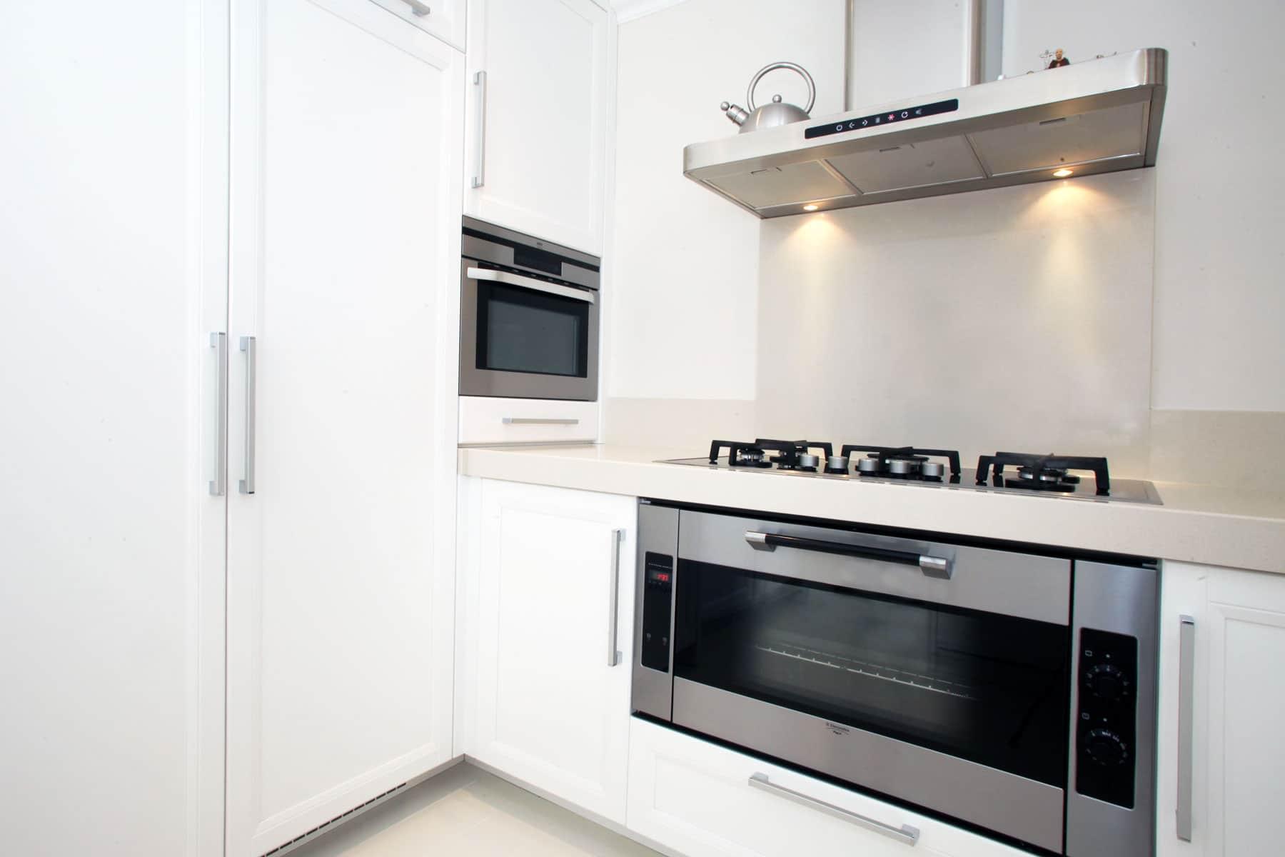 Cucina con piani in quarzo falegnameria caponi - Piani cucina in quarzo ...