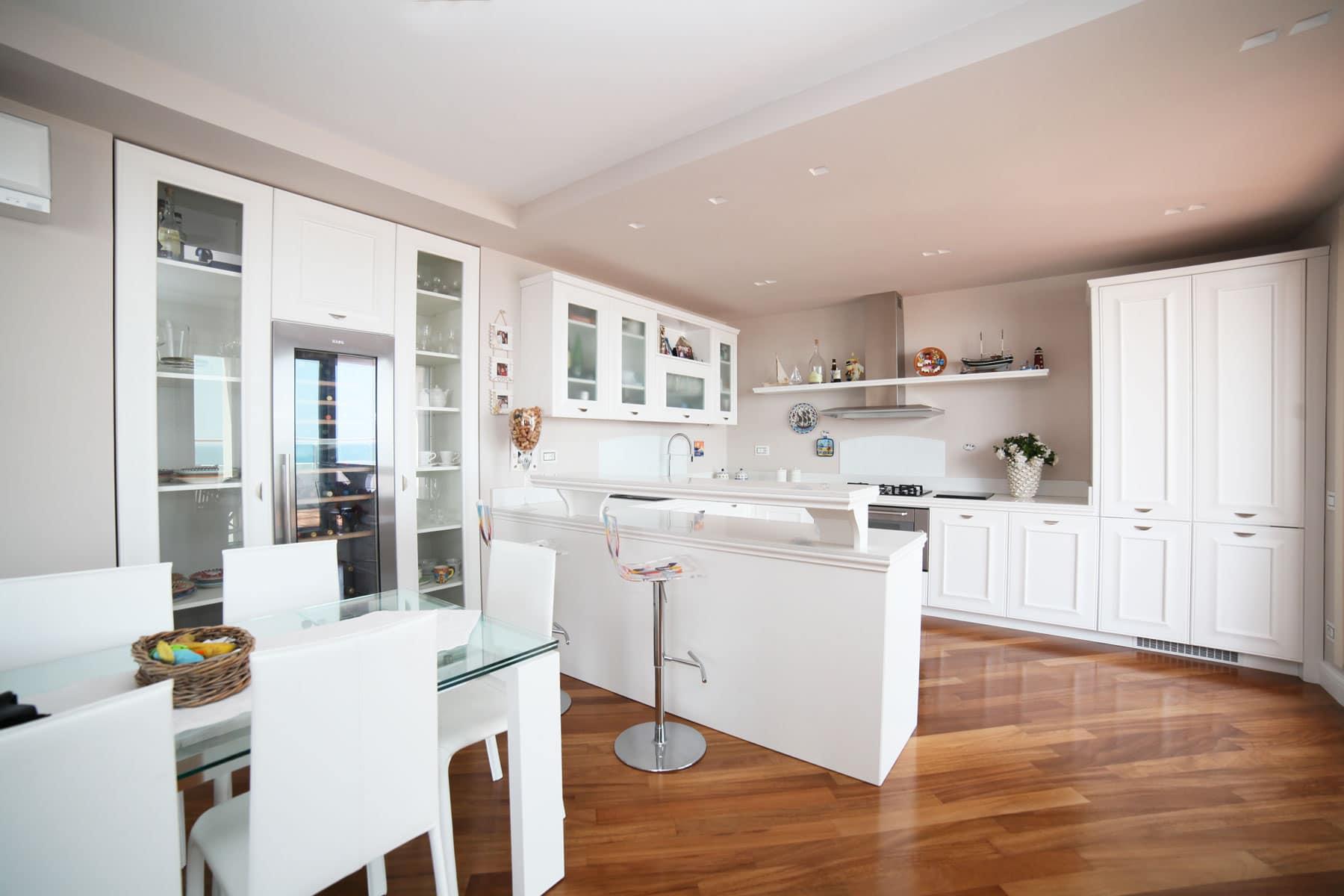 Cucina con piani in okite falegnameria caponi - Piani cucina in okite ...