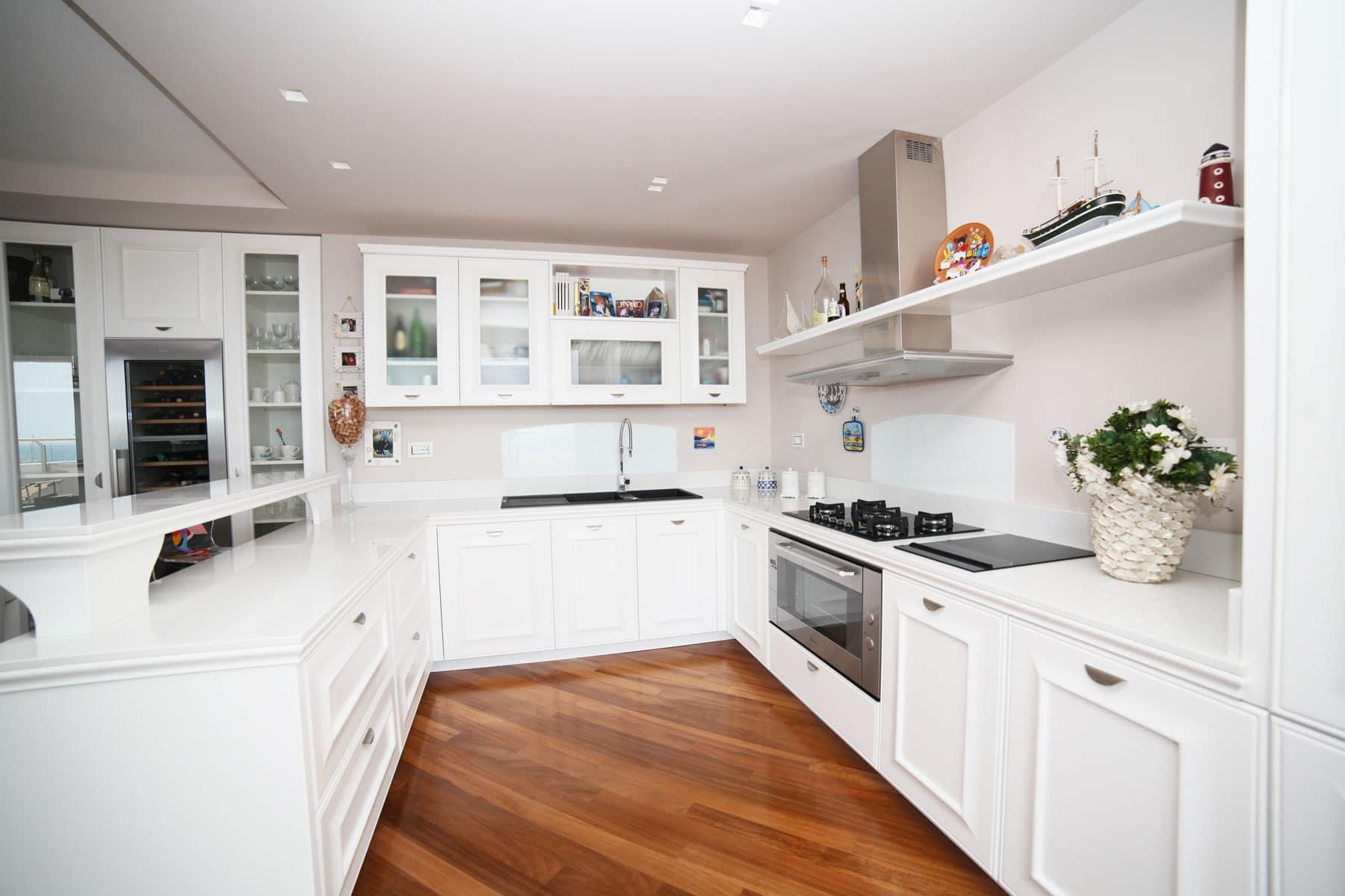 Cucina con piani in okite falegnameria caponi - Piani cucina okite ...