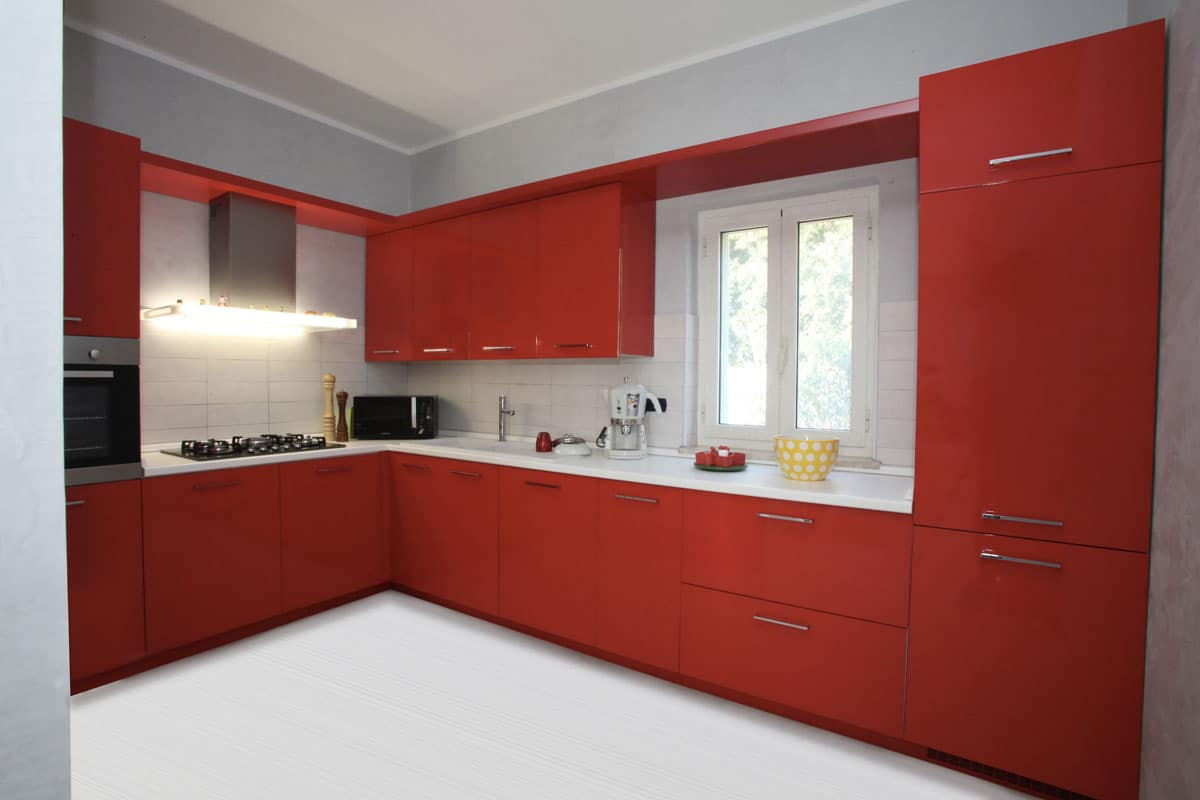 Cucina con ante rosse - Falegnameria Caponi